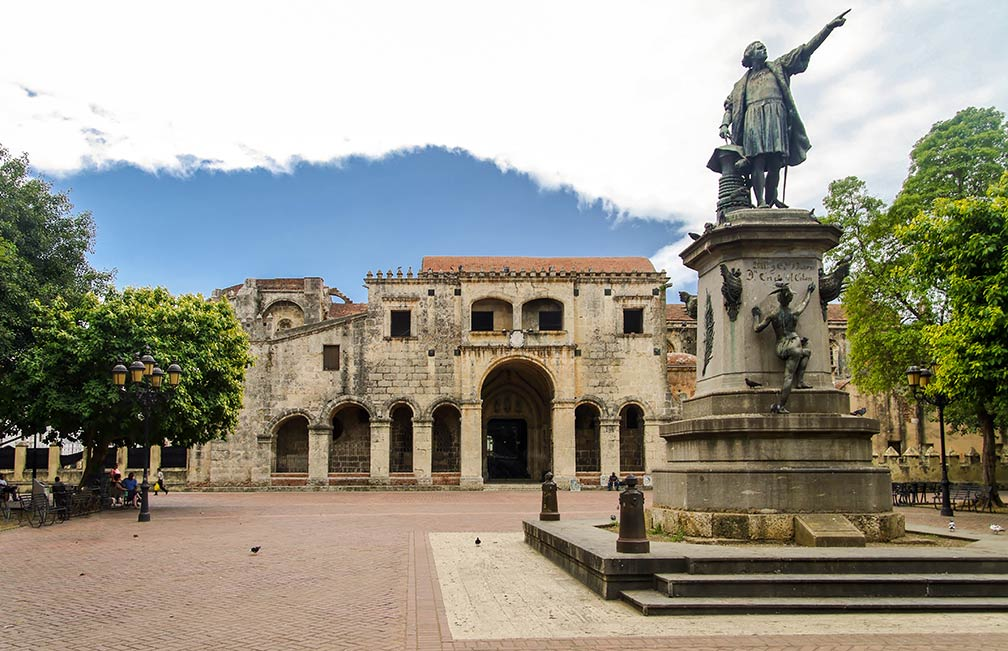 Parque Colón with a statue of Christopher Columbus, Santo-Domingo