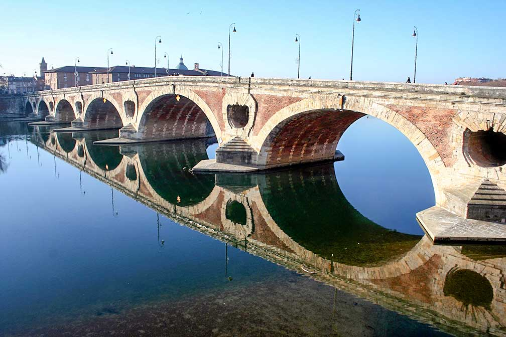 Pont Neuf spans Garonne river in Toulouse, France