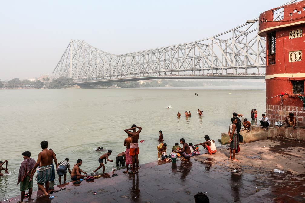 Howrah Bridge (Rabindra Setu) over the Hooghly River, seen from Chotelal Ki Ghat in Kolkata